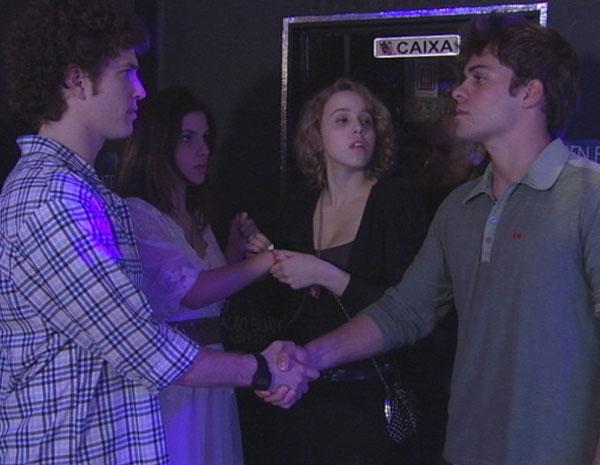 Gabriel e Betão sentem uma antipatia mútua ao se cumprimentarem (Foto: TV Globo/ Malhação)