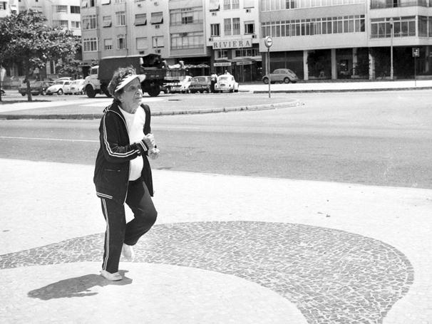 Cândida (Henriqueta Brieba) não perdia uma boa corrida na praia (Foto: TV Globo / CEDOC)