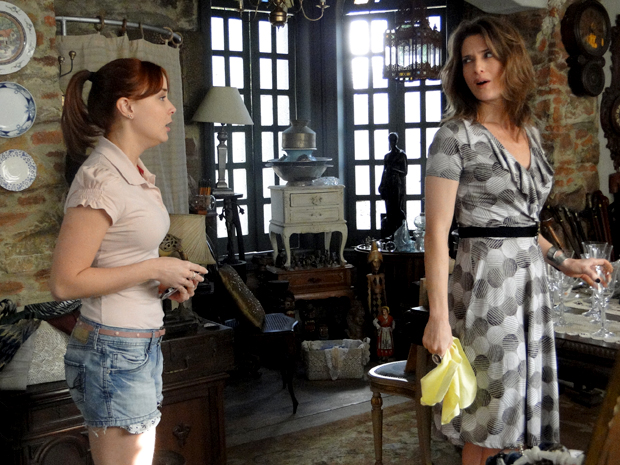 Laura proíbe Débora de ir à festa de Betão por ser muito nova (Foto: TV Globo/ Malhação)