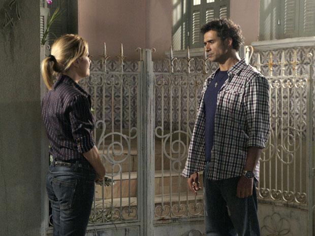 Abner procura Júlia e a acusa de tê-lo traído com Ícaro (Foto: TV globo)