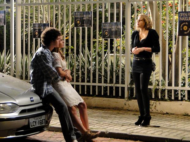 Gabriel salva Babi de ser atropelada por Jefferson e Dieguinho (Foto: TV Globo/ Malhação)