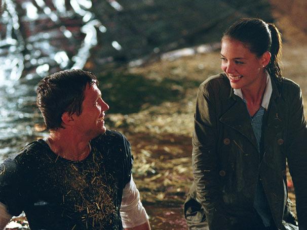 Samantha (Katie Holmes) acaba se apaixonando pelo agente (Marc Blucas) (Foto: Divulgação)