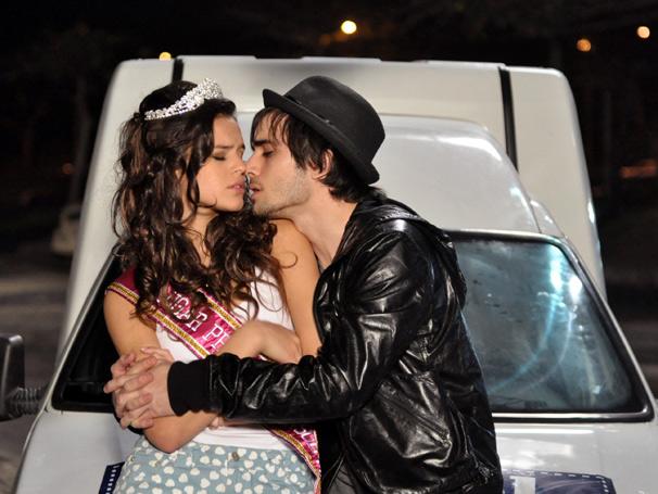 Bruna Marquezine e Fiuk são Belezinha e Agenor em Aquele Beijo (Foto: TV Globo / João Cotta)
