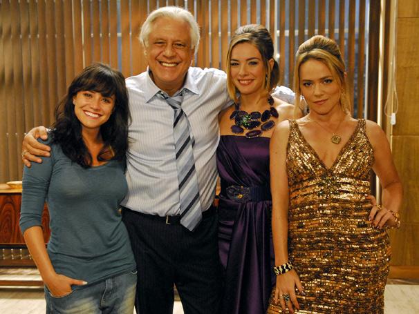 Leal (Antonio Fagundes) tem adoração pelas filhas Goretti (Regiane Alves), Nelinha (Fernanda Vasconcellos) e Regeane (Viviane Pasmanter) (Foto: TV Globo / Isac Luz)