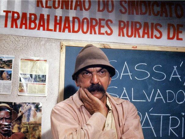 Sassá Mutema (Lima Duarte) aprende a ler, escrever e a amar  (Foto: TV Globo / CEDOC)
