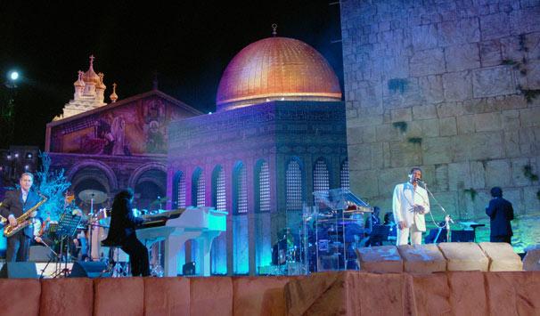 Roberto homenageou seu país cantando 'Aquarela do Brasil' e reverenciou Jerusalém com a canção 'Jerusalém Toda de Ouro' (Foto: Zé Paulo Cardeal/ TV Globo)