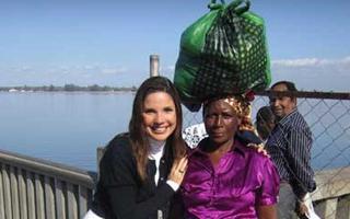 Lizandra Trindade apresenta o Globo Universidade especial em Moçambique (Foto: Divulgação TV Globo)