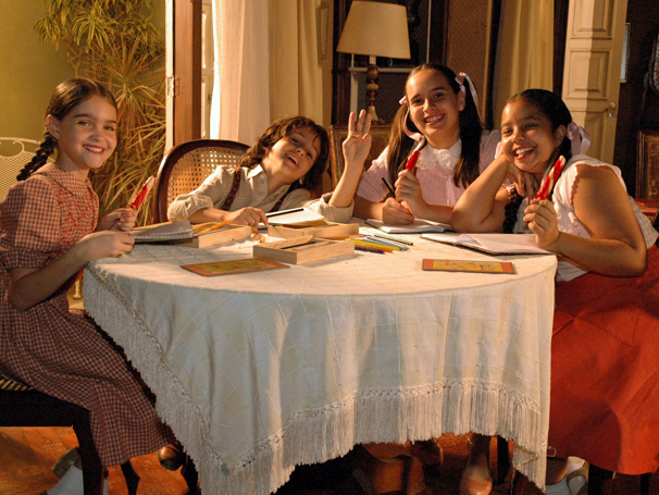 Terê (David Lucas) vibra com as amigas Ritinha (Caroline Smith), Paulina (Pamella Rodrigues) e Irene (Julia Ruiz) ao conseguir assinar seu nome pela primeira vez  (Foto: TV Globo / Kiko Cabral)