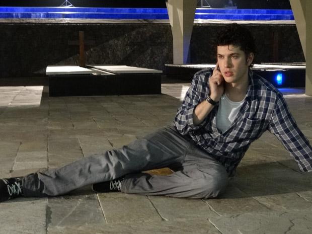 Gabriel sente fortes dores de cabeça enquanto vai atrás de Alexia (Foto: TV Globo/ Malhação)