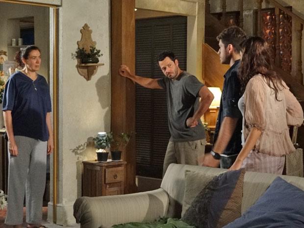 Amália, Quinzé e Rafael pedem para Griselda convencer Juan a retirar a queixa contra Antenor, mas ela se recusa (Foto: TV Globo/ Fina Estampa)