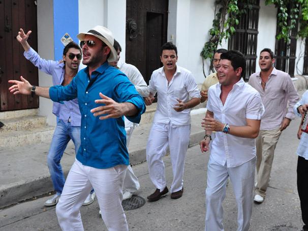 Juan (Manolo Cardona) é o noivo de Lucena (Grazi Massafera) (Foto: TV Globo / Estevan Avellar)