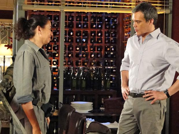 René oferece uma carona para Griselda ao vê-la perturbada com a notícia da alta do filho (Foto: TV Globo/ Fina Estampa)