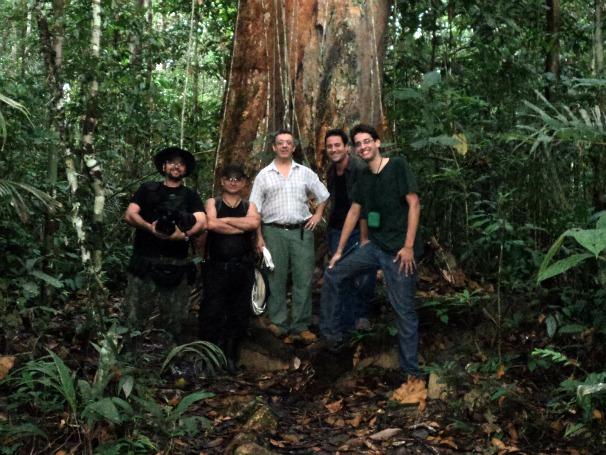 José Luís Camargo, Coordenador Científico do Projeto Dinâmica Biológica de Fragmentos Florestais, com a equipe do Globo Ecologia (Foto: Arquivo Pessoal / Pedro Henrique Sena)