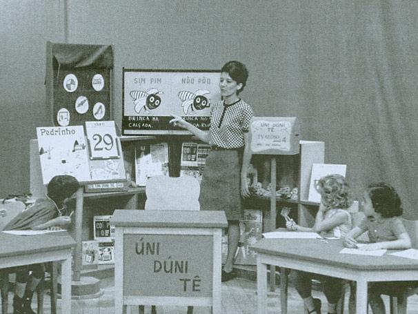 Com um caráter didático, o cenário do programa era uma típica sala de aula, com quadro negro, giz e carteiras escolares. (Foto: CEDOC/ TV Globo)