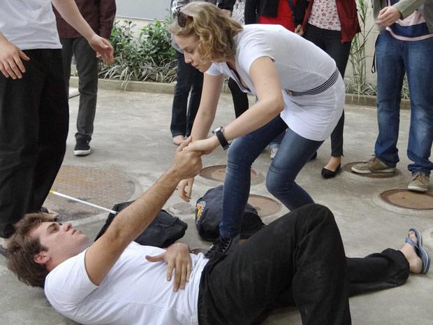 Betão é atropelado, desloca o ombro e é Babi quem coloca de volta no lugar (Foto: Divulgação/ Site de Malhação)