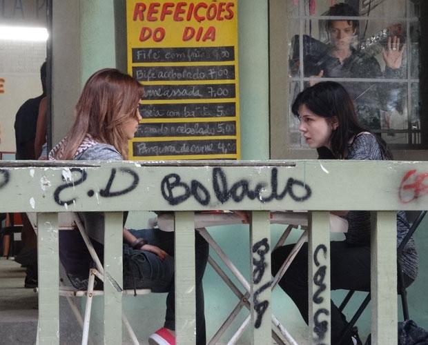 Alexia resolve contar parte de sua história para Natália (Foto: TV Globo/ Malhação)