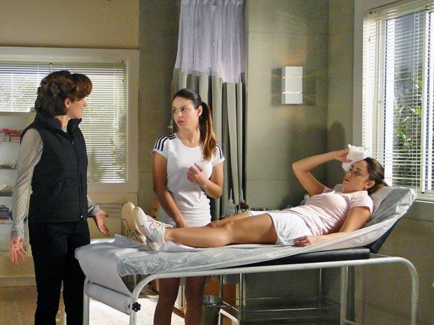 Ana encontra Alice chorando por causa da grosseria de Vitória e a consola (Foto: TV Globo/ A Vida da Gente)