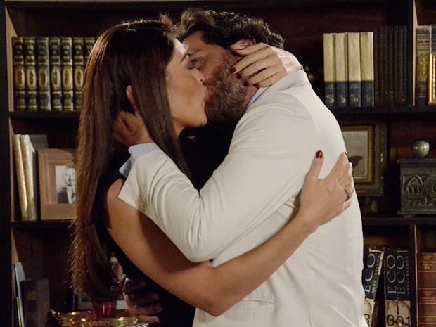 Nina beija Herculano (Foto: TV Globo/ O Astro)