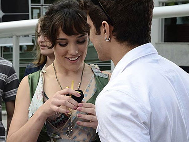 Patrícia (Adriana Birolli) na cena em que ganha um anel do namorado Antenor (Caio Castro) (Foto: Reprodução)