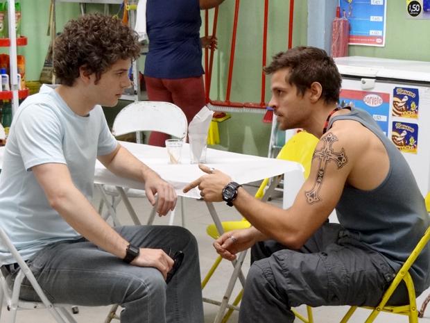 Gabriel vai à favela para falar com Moisés (Foto: TV Globo/ Malhação)