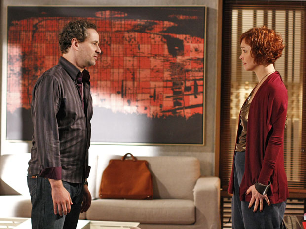 Paulo afirma a Esther que não quer que ela faça a fertilização e ela fica chocada (Foto: TV Globo/ Fina Estampa)