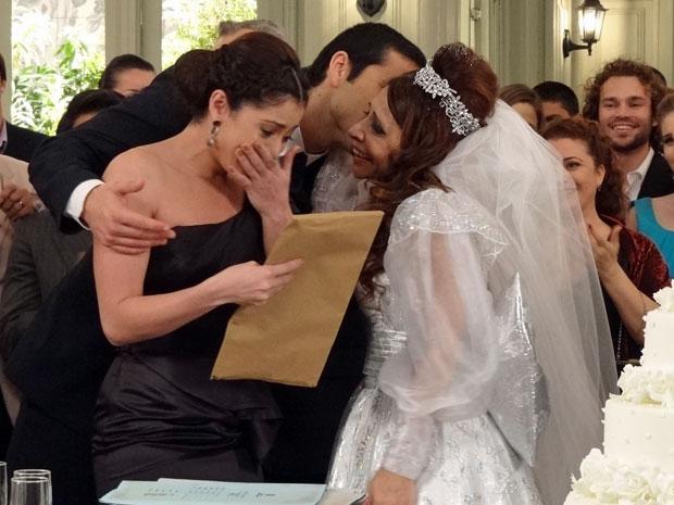 Cleonice passa a escritura da casa de Salomé para Natália e entrega os demais imóveis para o banco (Foto: TV Globo/ Morde & Assopra)