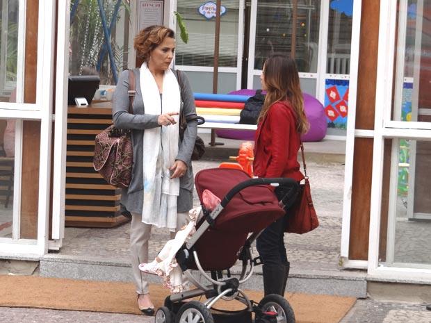 Ana se irrita ao saber que Eva colocou Júlia em uma creche (Foto: TV Globo/ A Vida da Gente)