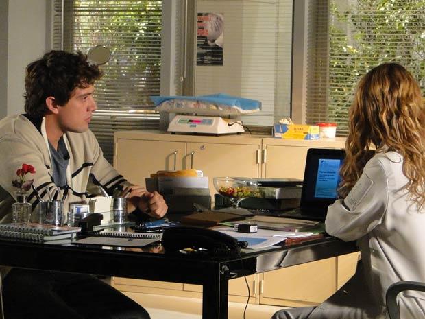 Rodrigo deixa Jonas sozinho e vai ao hospital falar com Celina (Foto: TV Globo/ A Vida da Gente)