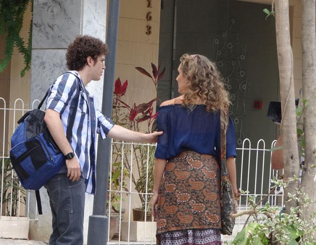 Samara fala para Gabriel o que viu em sua mão e a deixou perturbada (Foto: TV Globo/ Malhação)