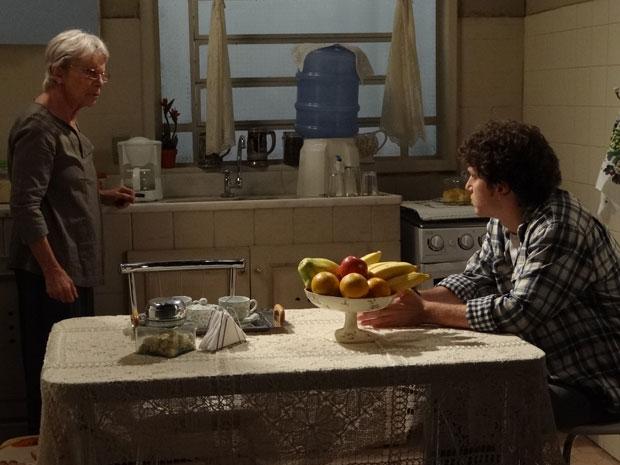 Gabriel estranha que Beatriz não queira deixá-lo ir à clínica para pegar seu exame verdadeiro (Foto: TV Globo/ Malhação)