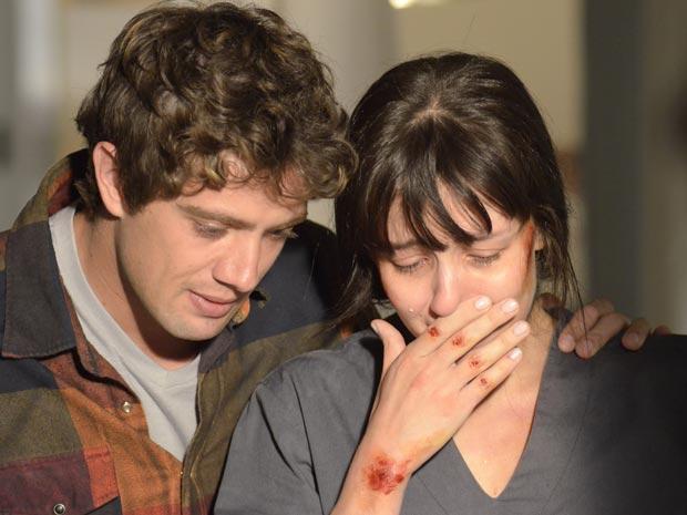 Rodrigo e Manuela vão ver Júlia e descobrem que Celina está cuidando dela (Foto: TV Globo/ A vida da gente)
