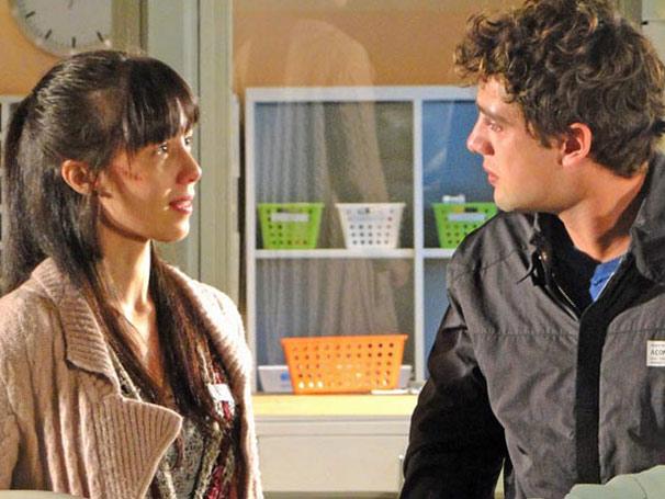Manuela revela que Rodrigo é o pai de Júlia (Foto: TV Globo/ A Vida da Gente)