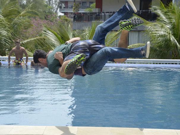 Wallace agride Quinzé e desmaia na piscina durante a briga (Foto: TV Globo / Fina Estampa)