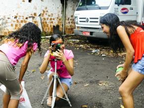 Crianças durante a oficina de Pinhole (Foto: Divulgação/ Monara Barreto)