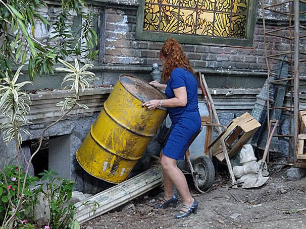 Cléo é presa no porão do Lar da Mão Aberta (Foto: TV Globo / Aquele Beijo)