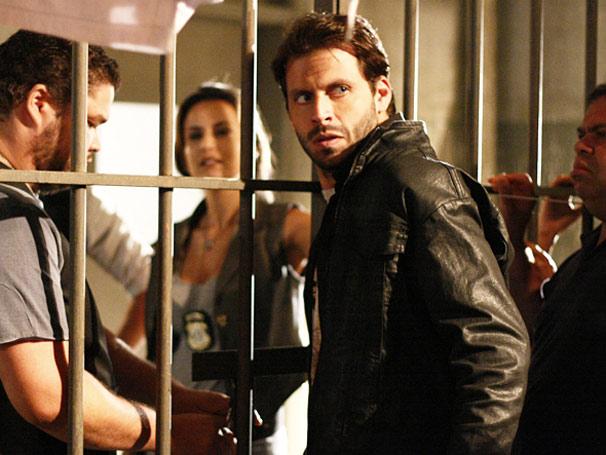 Felipe confessa o roubo da escultura e é preso (Foto: TV Globo / O Astro)