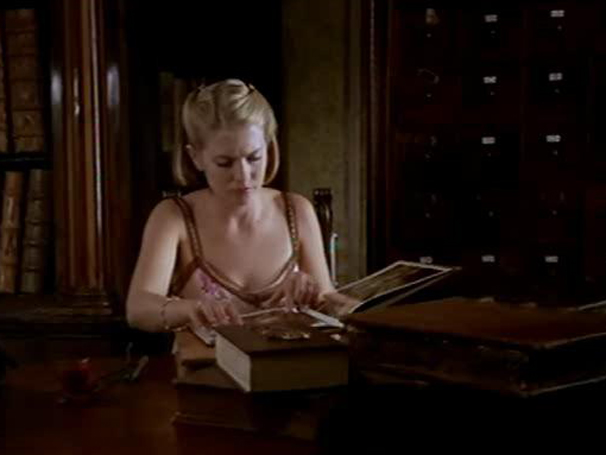 Em Roma, Sabrina (Melissa Joan Hart) aprende sobre a história da bruxaria (Foto: Divulgação)