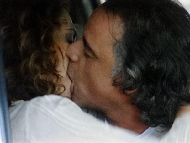 Marcos e Dora se beijam (Foto: TV Globo/ A Vida da Gente)