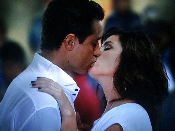 Vicente e Cláudia se beijam pela primeira vez (Foto: TV Globo / Aquele Beijo)