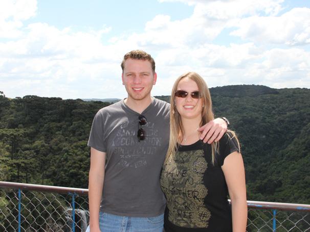 Louise e o namorado no parque (Foto: Lorena Simões / Divulgação TV Globo)