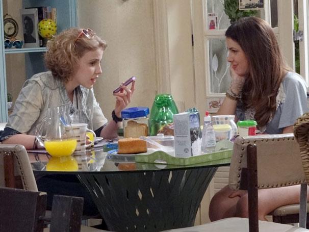 Cristal e Babi conversam sobre os pais de Alexia (Foto: TV Globo / Malhação)