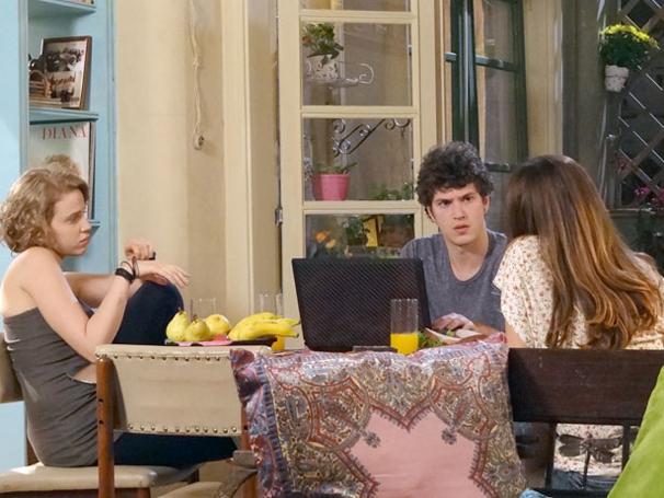Gabriel decide retomar investigações do seu blog  (Foto: TV Globo / Malhação)