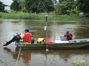 Professor Alberto, da UFF, durante visita ao manguezal (Foto: Divulgação)