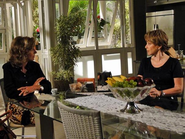 Regina se demite da casa de Maruschka (Foto: TV Globo / Aquele Beijo)