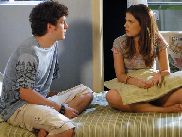 Gabriel acha que Juarez tem relação com acidente de Douglas (Foto: TV Globo / Malhação)