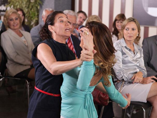 Griselda parte para cima de Tereza Cristina (Foto: TV Globo / Fina Estampa)