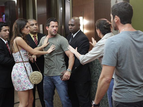 Quinzé se desespera com o sumiço do filho (Foto: TV Globo / Fina Estampa)