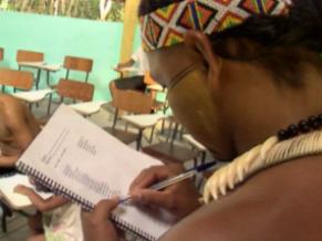 Aluno durante aula na escola da aldeia (Foto: Reprodução de TV)