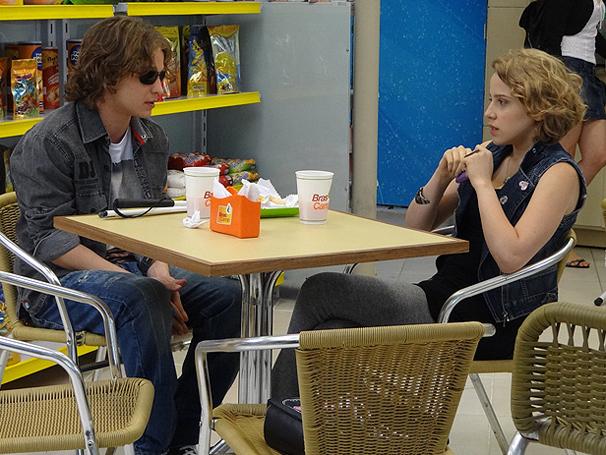 Babi fica balançada quando Filipe diz que Betão gosta dela de verdade (Foto: TV Globo / Malhação)