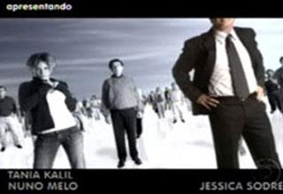 Ao fundo, Aguinaldo Silva aparece na abertura da trama escrita por ele (Foto: Reprodução/ TV Globo)
